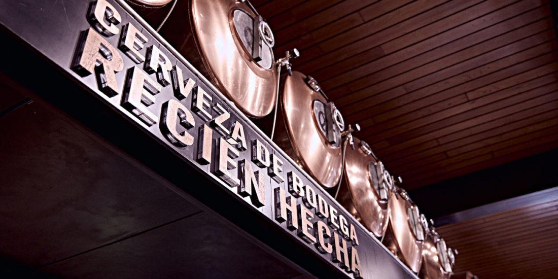Cubas de cobre donde reposa la cerveza Estrella Galicia de Bodega